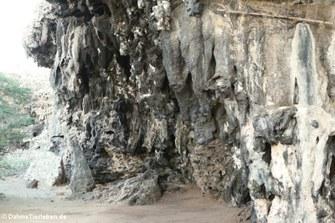 Felswand, in der sich die Petroglyphen befinden