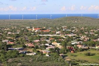 Blick auf Rincon, die erste Siedlung auf Bonaire. Im Hintergrund der Windmill Park.