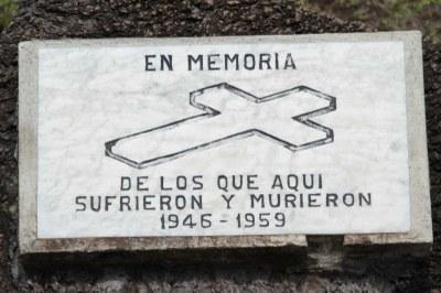 Gedenktafel für die, die hier gelitten haben und die, die hier gestorben sind.