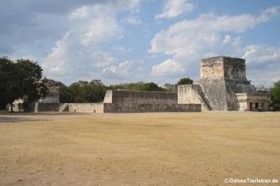 Tempel des Jaguars und die Außenmauern des Ballspielplatzes