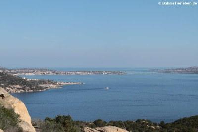 Blick auf die Inseln La Maddalena und Caprera, die mit einer kleinen Brücke verbunden sind