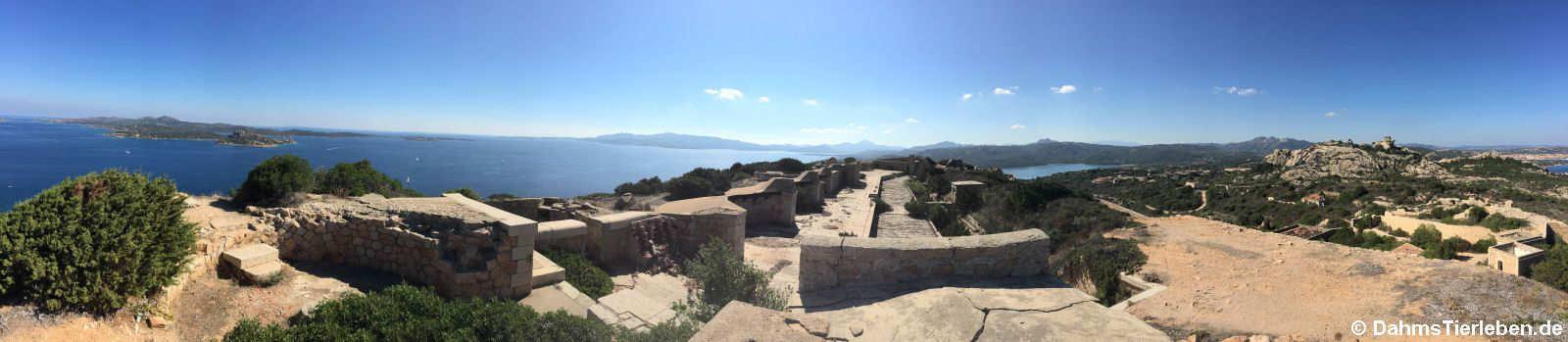 Im Vordergrund die ehemaligen Geschützanlagen. Im Hintergrund links die Insel Caprera, weiter rechts die Baja Sardinia.