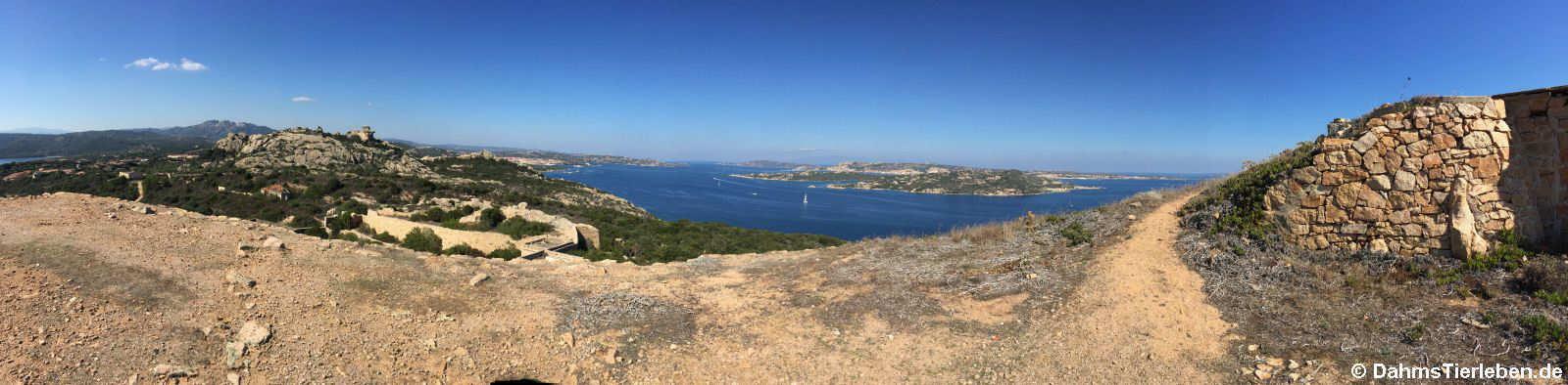 Panoramaaufnahme vom höchsten Punkt der Festungsanlage. Links der Bärenfelsen, im Hintergrund die Insel La Maddalena