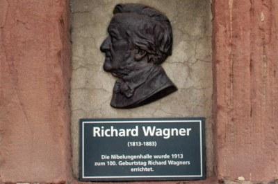 Gedenktafel zur Eröffnung der Nibelungenhalle zum 100.Geburtstag Richard Wagners